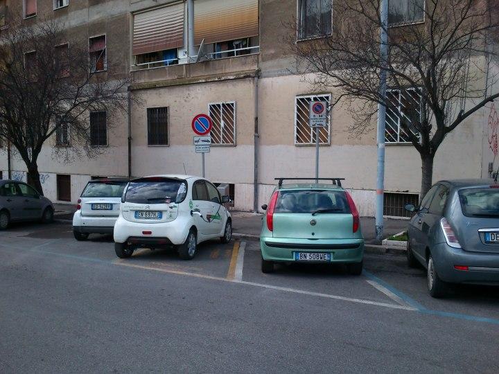 Parcheggio carsharing occupato abusivamente